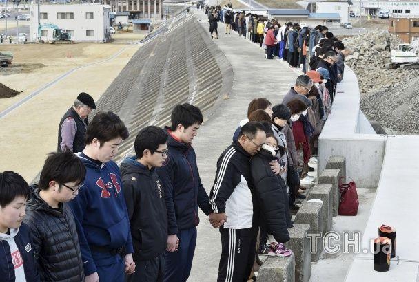 У Японії квітами та масовими молитвами згадали жертв смертельного цунамі 2011