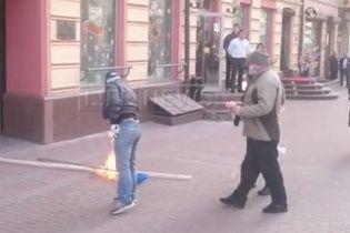 У Москві серед білого дня люди в масках зірвали і спалили прапор України