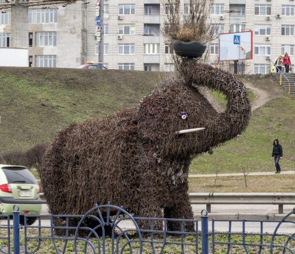 Найяскравіші фото дня: декоративний слон у Києві, Обама і Трюдо за келихом вина