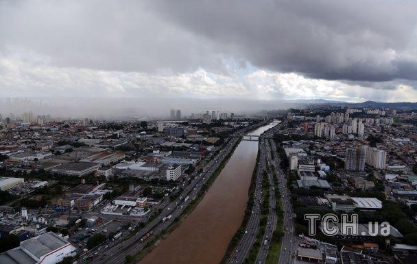 Страшенні повені у Сан-Паулу: під водою опинилися будинки, машини і дороги
