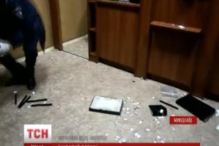 """Експрес-пограбування: у Миколаєві злочинці """"вихором"""" обчистили ювелірну крамницю"""