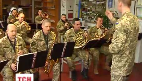 Военный оркестр из Житомирщины покоряет интернет необычным исполнением джаза