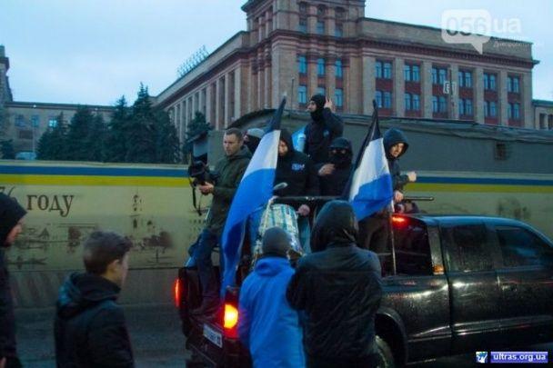 """Понад 600 вболівальників влаштували патріотичний марш перед матчем """"Дніпра"""" та """"Шахтаря"""""""