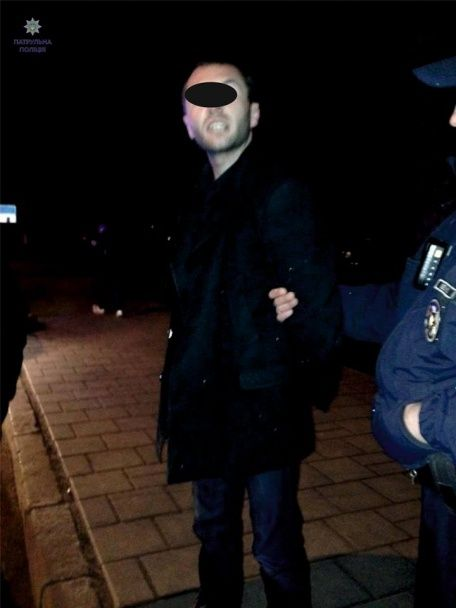 """У Львові п'яний водій на """"Славуті"""" вилетів на зупинку і наїхав на пішохода"""
