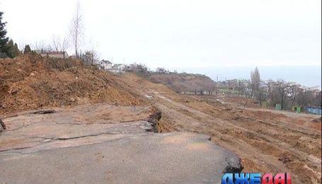 В Черноморске обваливается улица прямо в море