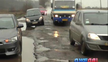 На Львовщине люди перекрыли раздолбанную дорогу