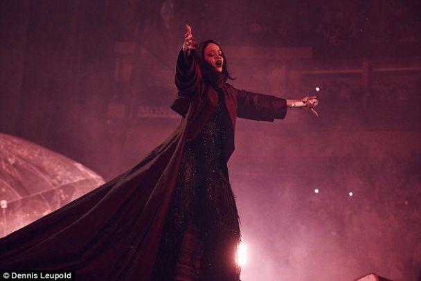 Зваблива Ріанна потрусила пружними сідницями на сцені