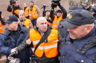У Ризі із криками затримали скандального журналіста Russia Today