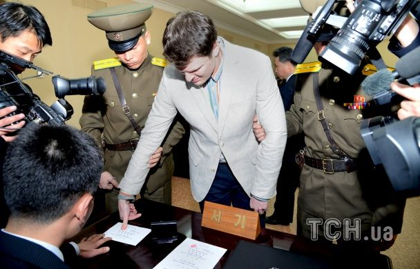 """У КНДР засуджений до каторги студент зі США розплакався під час """"зізнання"""""""