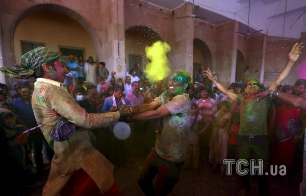 Найяскравіші фото дня: фестиваль кольорів в Індії, друга річниця створення Нацгвардії