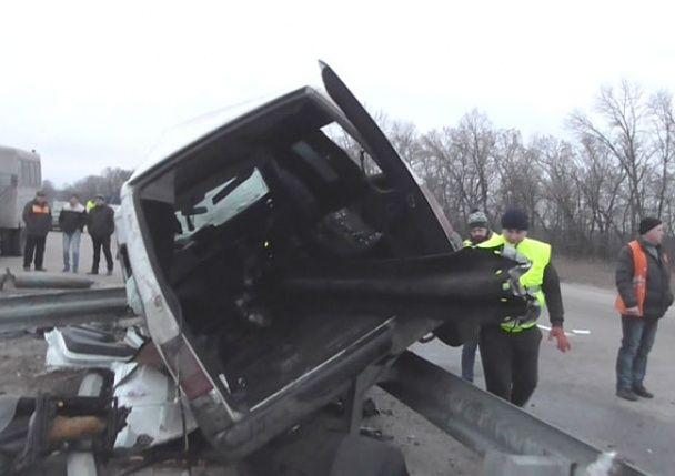 На Полтавщині мікроавтобус на швидкості напоровся на відбійник, є загиблі