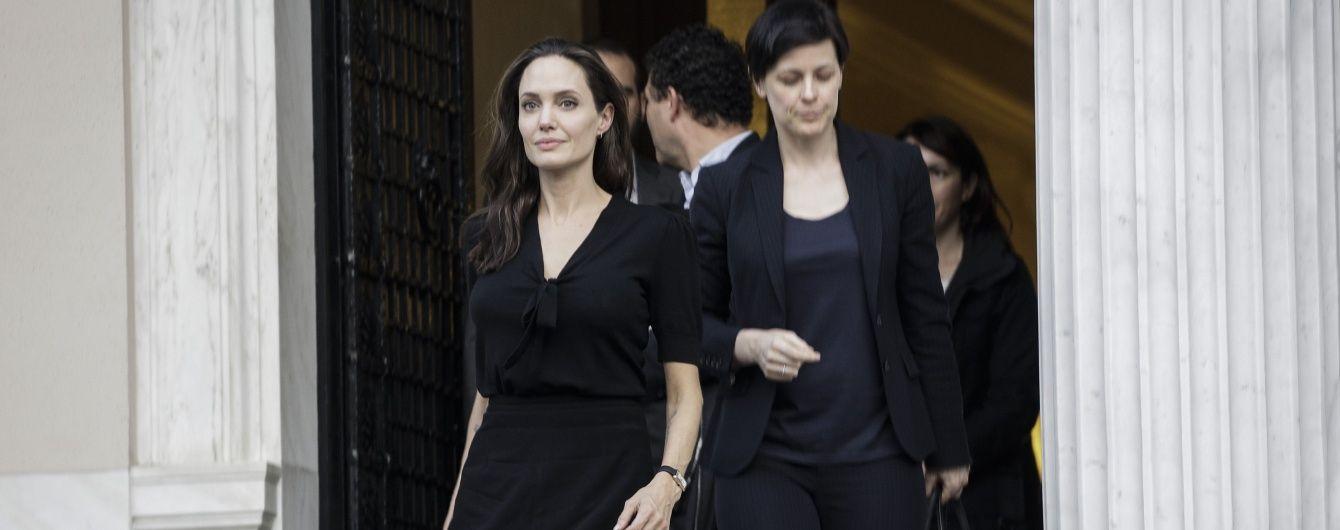 Анджеліна Джолі підкреслила худорлявість та блідість чорною стриманою сукнею
