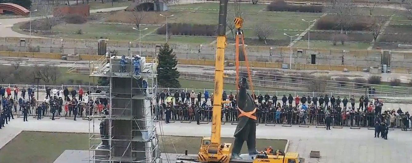 У Запоріжжі знесли найбільший в Україні пам'ятник Леніну