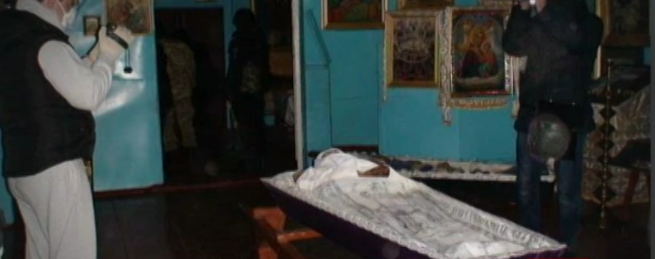 """Рік після поклоніння """"мощам матушки"""" в Києві: священик-сектант досі на волі"""