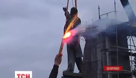 Памятник Ленину в Запорожье демонтировали на протяжении 28 часов