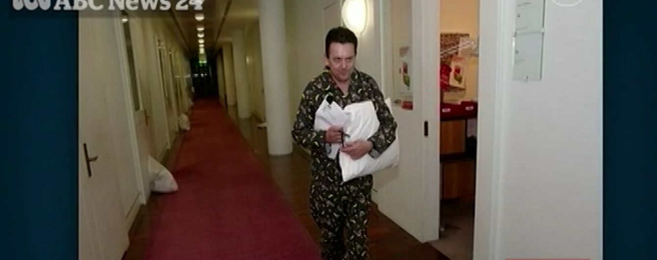 В Австралії депутат прийшов на роботу у піжамі та з подушкою