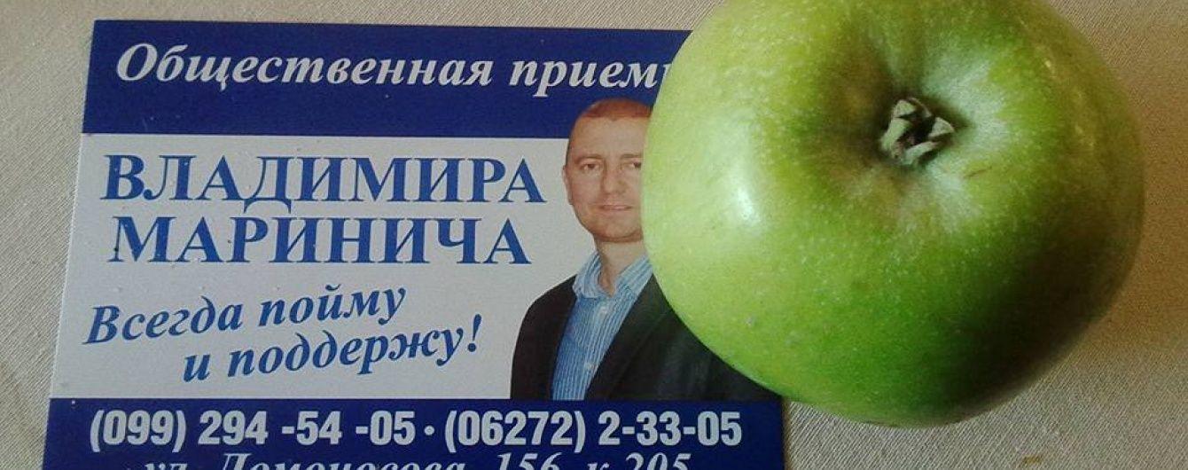 """На Донеччині голова райради """"купує"""" пенсіонерів за яблука"""