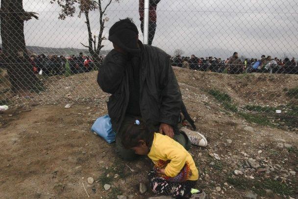 Бунт мігрантів. Нелегали знищили металевий паркан, щоб прорватся до Македонії
