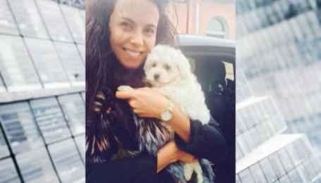Настя Каменских тренирует материнский инстинкт на собаке Мими