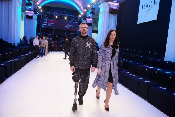Чарівна Вітвіцька у мереживному дизайнерському плащі та стильний Горбунов побували на UFW