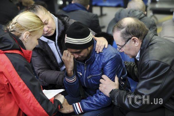 Скорбота і сльози. Родичі та друзі загиблих в аварії Boeing з'їхалися в аеропорт Ростова