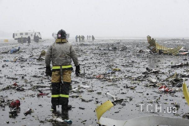 Скорбота і сльози. Родичі та друзі загиблих в аварії Boeing з'їхалися в аеропорт