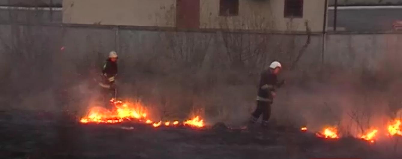 У Тернополі подвиг пожежників урятував від вогню авторинок