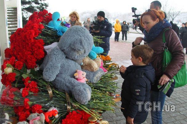 Люди вшановують пам'ять загиблих у Boеing 737-800: квіти з'явилися біля посольства РФ у Києві