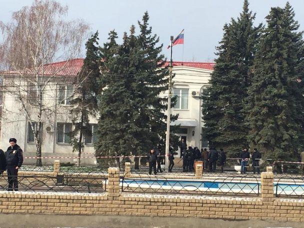 """Суд на Савченко. Два десятки молодиків вимагають засудити льотчицю за """"вбивство журналістів"""""""