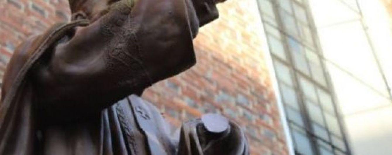 У Польщі обурилися через відпиляну руку пам'ятника Папі Римському на Львівщині