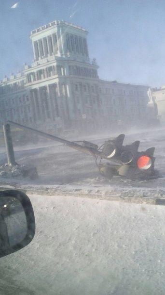 У Росії потужний вітер зірвав дах житлової багатоповерхівки