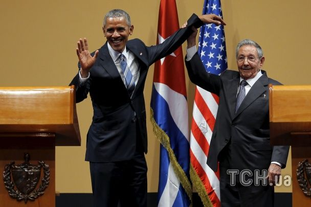 Найяскравіші фото дня: новинки від Apple, зустріч Обами і Кастро, сотня українських прапорів у Полтаві