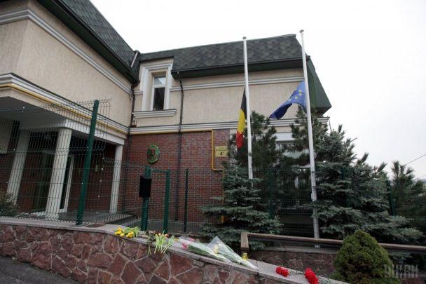 Шоковані терактами українці несуть квіти до посольства Бельгії