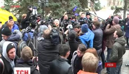 Под зданием суда, где зачитывали приговор Надежде Савченко, собралось два пикета