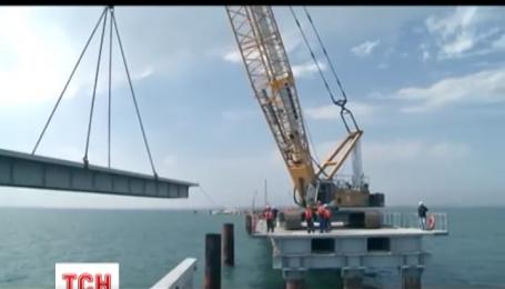 """Турецкое грузовое судно """"Лира"""" врезалось в недостроенный Керченский мост"""