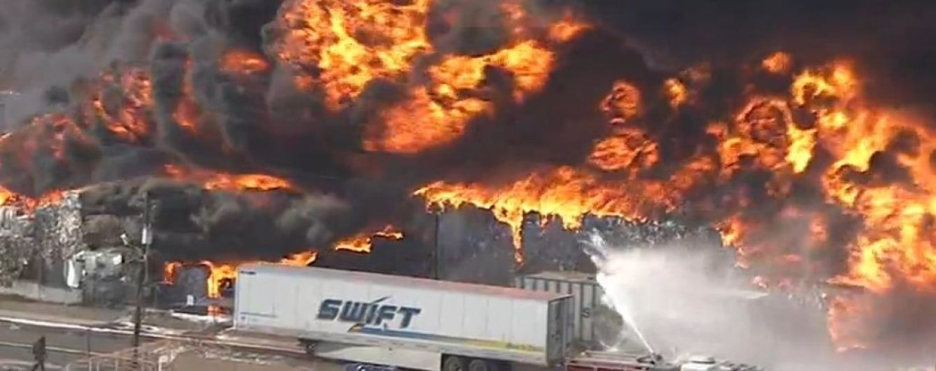 Біля американського аеропорту сталася масштабна пожежа