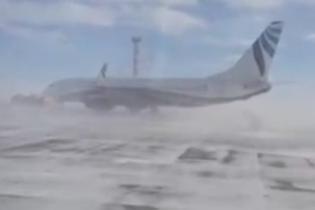 У Росії шквальний вітер закрутив  пасажирський лайнер