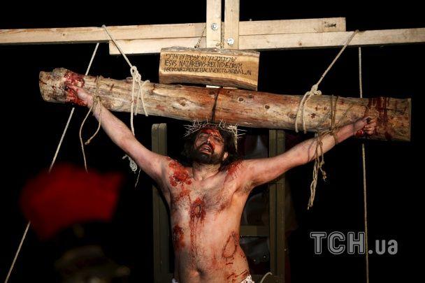 """""""Криваві розп'яття"""" й видовищні процесії релігійних братств. У світі відзначають Страсний тиждень"""