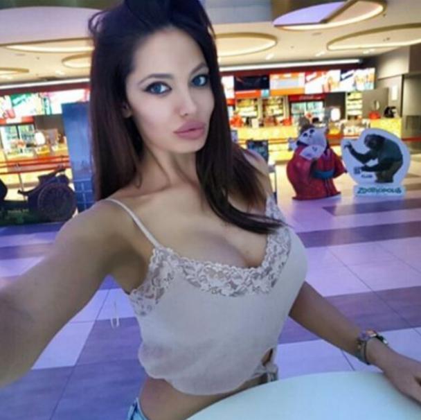 Апетитна зірка Playboy надумала очолити політичну партію