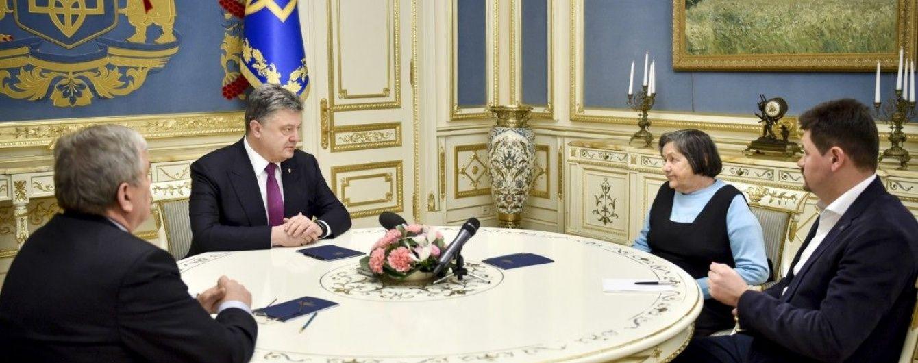 Порошенко розповів матері Савченко, як він намагається повернути Надію додому
