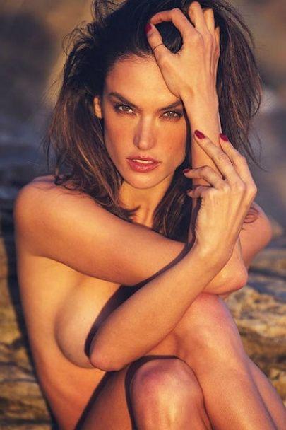 Зваблива Алессандра Амбросіо повністю оголилася для еротичної фотосесії