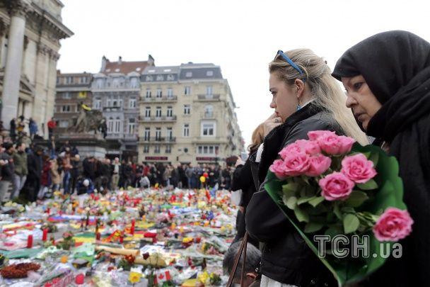 Сльози королівського подружжя й скорботні квіти. У Брюсселі вшанували жертв терактів