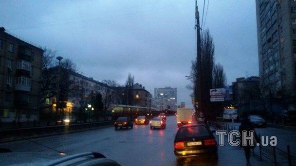 У Києві зупинився швидкісний трамвай: пасажири йдуть по рейках
