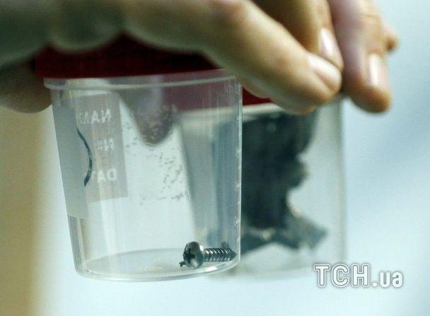 Лікарі показали величезні шматки шрапнелі, які витягли з тіл жертв терактів у Брюсселі