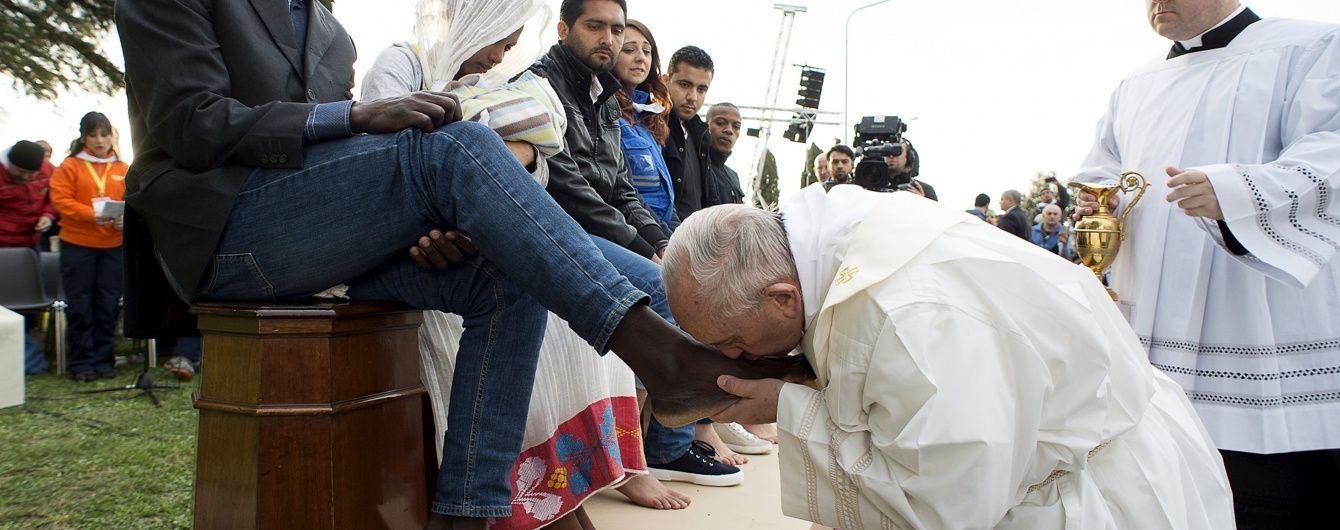 Папа Франциск помив ноги біженцям