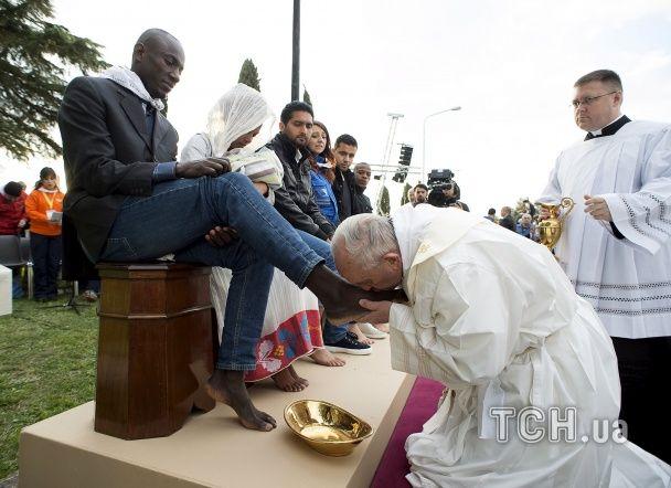 Найяскравіші фото дня: Папа Римський миє ноги мігрантам, Femen по-канадськи