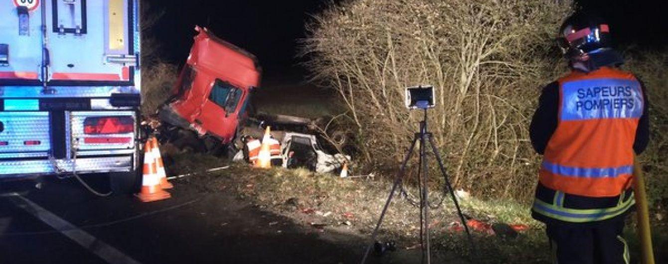 Смертельна ДТП у Франції: мікроавтобус влетів у вантажівку, є загиблі