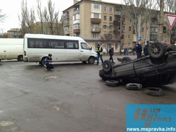 Потужне зіткнення маршрутки та ВАЗа у Мелітополі: від удару легковик перекинувся на дах