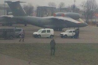 """На борту самолета """"Дубай-Киев"""" пьяный пассажир угрожает """"взрывчаткой"""""""