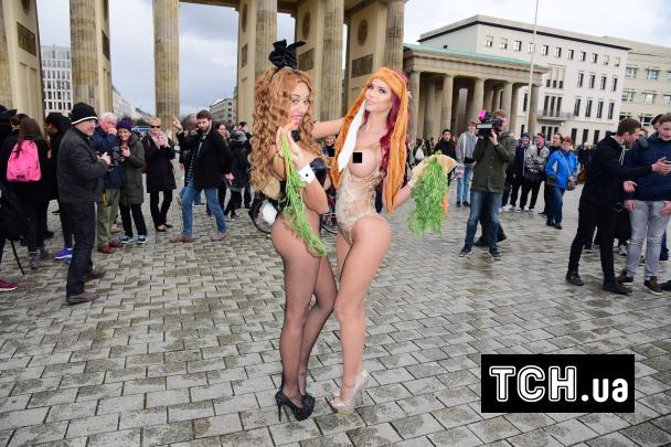 Сексуальна модель позувала перед камерами у надвідвертому костюмі кролика та з морквиною